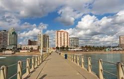带领往金黄英里城市地平线的具体码头 免版税库存图片