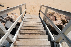 带领木的步下来靠岸 免版税图库摄影