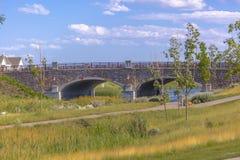 带领横跨Oquirrh湖的桥梁 免版税库存图片
