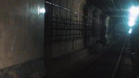 带领深刻的下来的地铁的地下隧道 他驻防建设中地铁 黑暗的轻的路轨是 影视素材