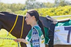 带领疾驰阿拉伯赛马的美丽的妇女 库存照片