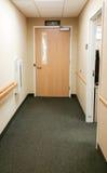带领的走廊和的门游说在办公楼 免版税库存图片