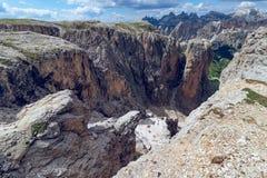 带领通过意大利Dolom的一道狭窄的峡谷的供徒步旅行的小道 库存图片