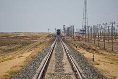 带领通过沙漠的铁轨 以后的培训 库存照片