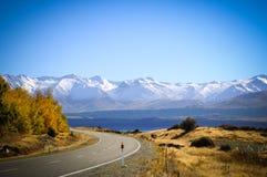 带领通过风景乡下,库克山国家公园,新西兰的空的路 免版税库存图片