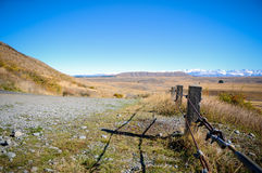 带领通过风景乡下,库克山国家公园,新西兰的空的路 免版税库存照片