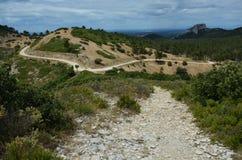 带领通过Provencal山的小道路 免版税库存图片