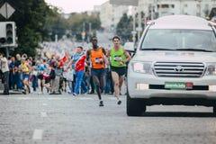 带领马拉松的两位男性运动员 免版税图库摄影