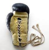 系带说谎在白色背景的拳击手套 免版税库存图片