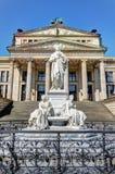 席勒雕象和音乐堂在Gendarmenmarkt,柏林 免版税库存照片