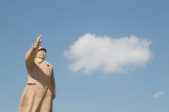 主席在蓝天前面的毛雕象 库存照片