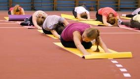 席子的女孩在做锻炼的健身房 免版税库存图片