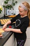 帮助与姜圣诞节烹调的女孩 免版税库存照片