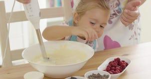 帮助与烘烤的逗人喜爱的愉快的小女孩 影视素材