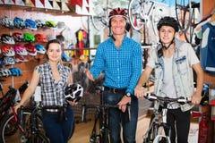 帮助两名顾客的妇女对购物的新的自行车 免版税库存图片