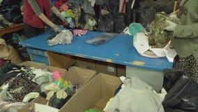 帮助人道主义者 给老穿衣 衣裳为可怜的人民堆 股票录像