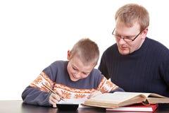 帮助他的儿子的父亲 免版税库存照片