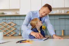 帮助他的有学习的聪明的好父亲女儿 图库摄影