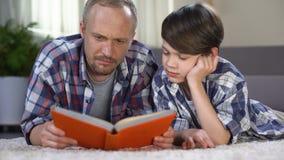 帮助他的男小学生的有同情心的爸爸了解困难的主题,家庭作业 股票录像