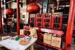 帮助在中国寺庙的献身者 免版税库存图片