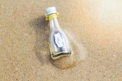 `帮助在玻璃瓶的`消息 免版税库存照片