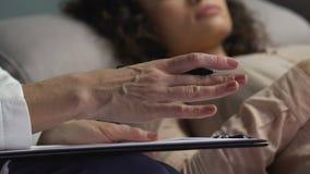 帮助女性患者的心理学家分析她的行为和道德方面 影视素材