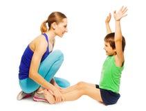 帮助她愉快的儿子的年轻母亲做锻炼 库存照片