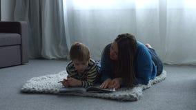 帮助她有家庭作业的单亲母亲逗人喜爱的儿子 影视素材