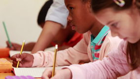 帮助她的学生的老师在类期间 股票录像