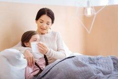 帮助她的孩子的快乐的母亲 库存图片