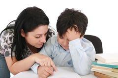 帮助她的家庭作业母亲儿子 图库摄影