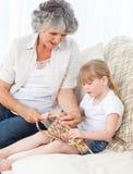 帮助她的小女孩的祖母编织 图库摄影