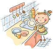帮助她的母亲的女孩洗盘子 免版税库存照片