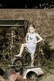 帮助她的母亲的逗人喜爱的小女孩在后院 库存图片