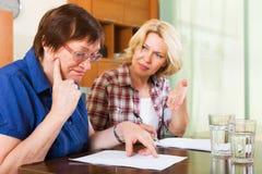 帮助成熟客户的公证员官员 免版税库存照片