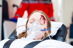 帮助担架的救护车受伤的妇女 免版税库存图片