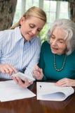 帮助有文书工作的妇女资深邻居 免版税库存图片