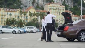 帮助有行李的,精华汽车服务,运输的Chauffer少妇 股票录像