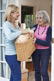 帮助有购物的女性邻居资深妇女 免版税图库摄影