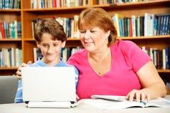 帮助母亲儿子研究 免版税库存图片