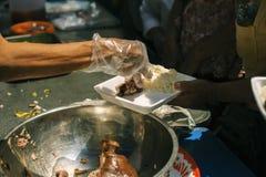 帮助的人以与仁慈的饥饿:生命概念问题,在社会的饥饿:哺养的概念 库存图片