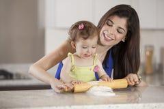 帮助的妈妈厨师晚餐 免版税库存图片