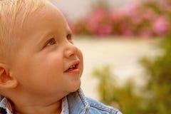 帮助的孩子在他们的成长早期  情感和物理成长 男婴儿童车覆盖illusytration星期日 日托的小婴孩 免版税库存图片