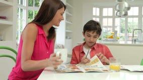 帮助的家庭作业母亲儿子 股票录像