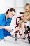 帮助的护士患者 库存照片
