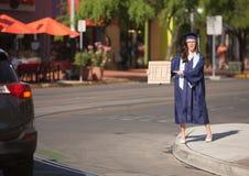 帮助的毕业生指向签字 免版税库存照片
