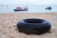 帮助的箍在海滩 图库摄影