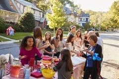 帮助的邻居对食物在集团会议 库存照片