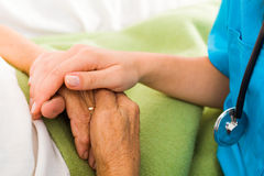 帮助老人的护士 库存照片