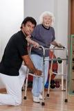 帮助耐心用途步行者的治疗师 免版税库存图片